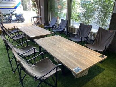 ローテーブルとキャンプ用のローチェア - リワイルドアウトドアトーキョー 用途多彩!貸切カフェの室内の写真