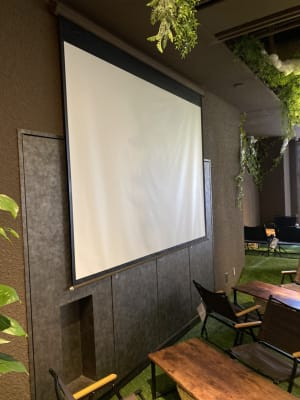 スクリーン - リワイルドアウトドアトーキョー 用途多彩!貸切カフェの設備の写真