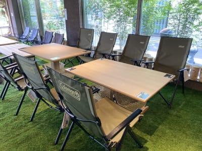 高さの調節可能なテーブルもあります。 - リワイルドアウトドアトーキョー 用途多彩!貸切カフェの室内の写真