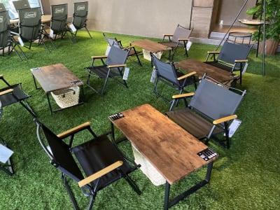 小さなテーブルの2名席 - リワイルドアウトドアトーキョー 用途多彩!貸切カフェの室内の写真
