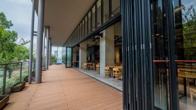 テラス側入り口 - ロハスカフェ有明 カフェ店内とテラスの入口の写真