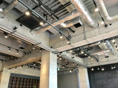 約3mの天井高  - ロハスカフェ有明 カフェ店内とテラスの室内の写真