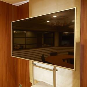 55インチ大型モニター(可動式):PCやDVDプレーヤーなどと接続可能 - TGIマーケティング TGI会議室 クラシックルームの設備の写真