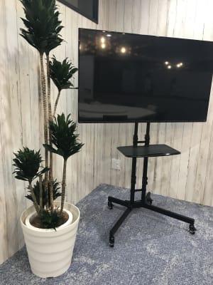 55インチ大型モニター(可動式):PCやDVDプレーヤーなどと接続可能 - TGIマーケティング TGI会議室 カジュアルルームの設備の写真