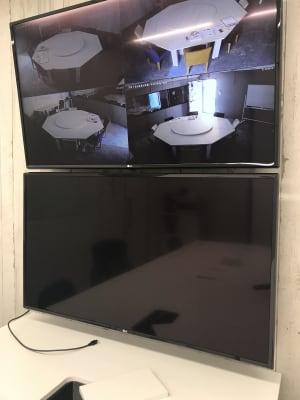 PC画面を映し出せる大きなモニターあり - TGIマーケティング TGI会議室 カジュアルルームの室内の写真