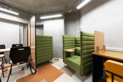 オフィスAMOREA コワーキングスペースの室内の写真