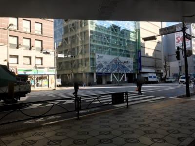 道順②出口を出ると正面に中央通りがあるので横断してください。 - Y-LOUNGE ラウンジの外観の写真
