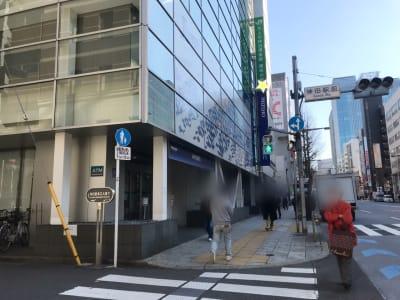 道順③中央通りを日本橋方面に進むとみずほ銀行とドトールカフェがあります。  - Y-LOUNGE ラウンジの外観の写真