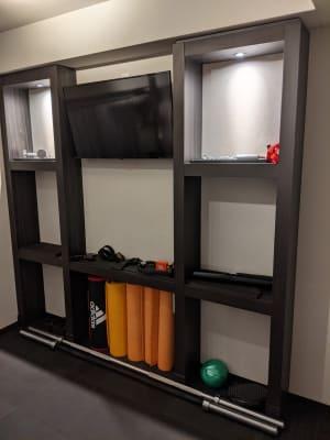 TVボード 各種アタッチメント ヨガマット - Muscroom(マッスルーム) マッスルーム208号室 ジムの設備の写真