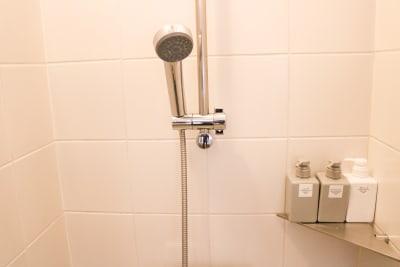 シャワールーム完備(有料) - magtact レンタルサロン magtactの設備の写真