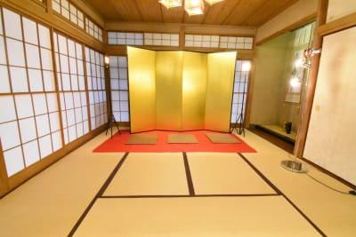 金屏風×赤い毛氈、そして和風な床の間。これは動画撮影のベストショットです📷 - 神楽坂レンタルスペース香音里 和洋の多目的スペース(1階)の室内の写真