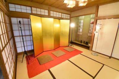 本物の赤い毛氈もレンタル開始いたしました! - 神楽坂レンタルスペース香音里 和洋の多目的スペース(1階)の室内の写真