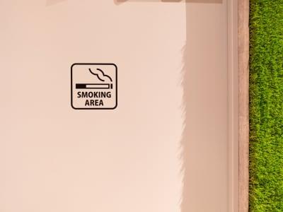 喫煙所は、スペースすぐ近くの屋外にてご用意がございます。 - WELLSTAY難波 ホテルのカフェスペースの室内の写真