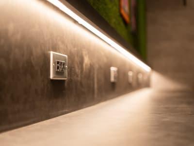 WiFi・電源設備がございます。 - WELLSTAY難波 ホテルのカフェスペースの設備の写真