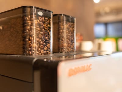 コーヒーは無料でご利用頂けます。 - WELLSTAY難波 ホテルのカフェスペースの室内の写真