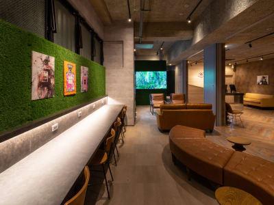 デスク・ソファのご用意がございます。 - WELLSTAY難波 ホテルのカフェスペースの室内の写真