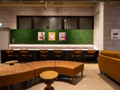 おしゃれなカフェミュージックが流れる店内です。 - WELLSTAY難波 ホテルのカフェスペースの室内の写真