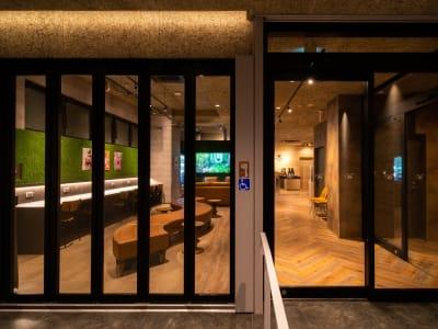 エントランスはこちら - WELLSTAY難波 ホテルのカフェスペースの入口の写真