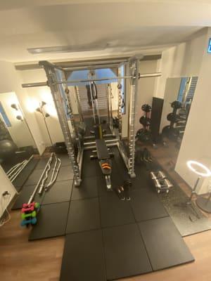 パワーラックの正面に2枚、両脇にも1枚ずつ。手前右側の壁にも鏡があります。 - スタジオフリューゲル 六本木 女性専用トレーニングスペースの室内の写真