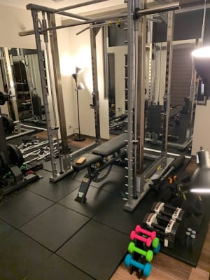 パワーブロックに、ダンベルは1㎏~3㎏ - スタジオフリューゲル 六本木 女性専用トレーニングスペースの室内の写真