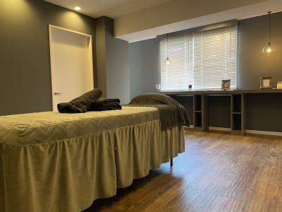 落ち着いた空間の施術ルームです。お客様のお客様の安らぐ空間を心掛けました ♪ - @niconal サロンスペースの室内の写真