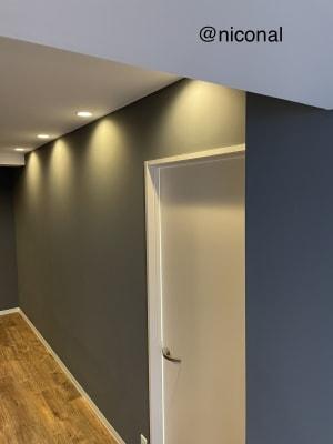 壁の色は落ち着いたグレート白にまとめました ♪ - @niconal サロンスペースの室内の写真