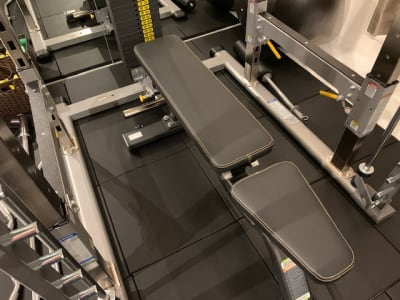ベンチはEVOGEAR。比較的軽いので、女性でも動かしやすいです。 - スタジオフリューゲル 恵比寿 女性専用トレーニングスペースの室内の写真