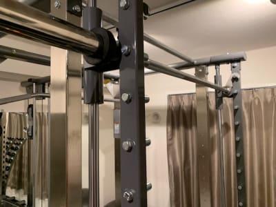 パワーラックはタフスタッフ社製。スミス機能付きで安全です。オリンピックバーは20㎏です。 - スタジオフリューゲル 恵比寿 女性専用トレーニングスペースの室内の写真
