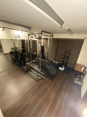 パワーラックの正面に幅120㎝の鏡が連貼りで3枚 - スタジオフリューゲル 恵比寿 女性専用トレーニングスペースの室内の写真
