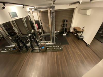 パワーラックの反対側にも1枚。ポージング練習にも便利です。 - スタジオフリューゲル 恵比寿 女性専用トレーニングスペースの室内の写真