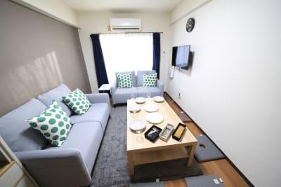 2シーターのソファが2台あります。座布団も4つ用意しています。 - ケイアンドテイ心斎橋 903号室の室内の写真