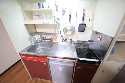 キッチンあります。IHクッキングヒーターが1台あるので、簡単な調理も可能です。 - ケイアンドテイ心斎橋 903号室の設備の写真