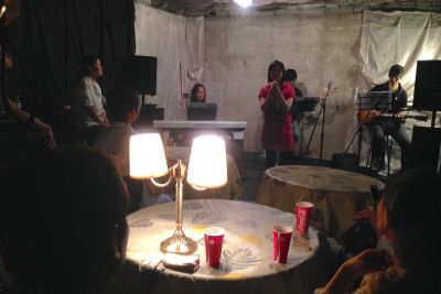 九段イベントスペース「KIRA」 ピアノドラム常設のライブスペースの室内の写真