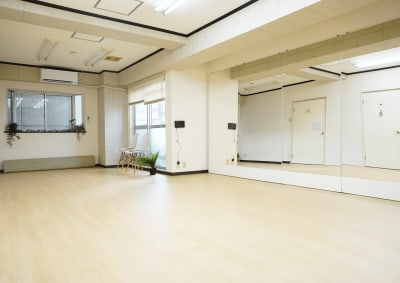 移動するダンスであれば7~8名くらいがちょうどよいです。ヨガであれば8~10名ほど入っていただけると思います。 - レンタルスタジオ キブラの室内の写真