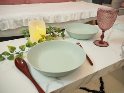 ミントグリーンのお皿とワイングラスでパーティー🍷 - ブラピ池袋 ガーリーなフレンチモダンスペースの室内の写真