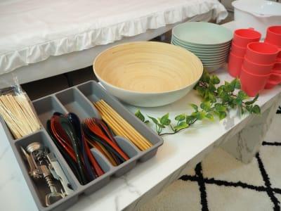 食器類。たこ焼きピック用の竹串は使い捨てでご用意しています - ブラピ池袋 ガーリーなフレンチモダンスペースの室内の写真