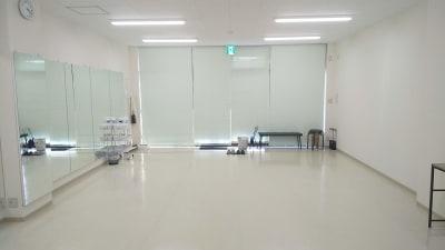 ブラインドで外部から見えないようにできます。 - レンタルダンススタジオ レンタルスタジオsimasimaの室内の写真
