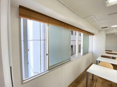 窓を開けて喚起可能 ※旧机・椅子 - タイムシェアリングビズ代々木 7F【旧みんなの会議室】の室内の写真