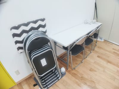 テーブル、折り畳みイス9脚をご用意しております。 - レンタルスタジオ・アドレ Aスタジオ ダンススタジオの設備の写真