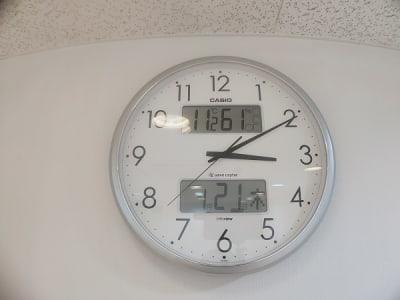 湿度、温度、カレンダー付きの電波時計です。 - レンタルスタジオ・アドレ Cスタジオ ダンス・音楽スタジオの設備の写真