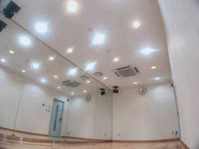 天井には埋め込み式の白昼色とアンバー色の調光式ライトがセットされています。 アンバー色は壁のスイッチで調光可能です。 - レンタルスタジオ・アドレ Cスタジオ ダンス・音楽スタジオの室内の写真