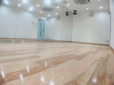 壁いっぱいに広がる幅6M高さ2.5Mの大型ミラーです。 - レンタルスタジオ・アドレ Cスタジオ ダンス・音楽スタジオの室内の写真