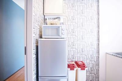 共用簡易キッチンをお使い頂けます。冷蔵庫/冷凍庫・電子レンジ・電子ケトルがございます。 - Feel Osaka Yu [ クラシックリゾート会議室 ]の室内の写真