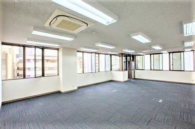 窓7個所が開閉可能で換気抜群 - エキマエ会議室 貸し会議室、セミナー会場の室内の写真