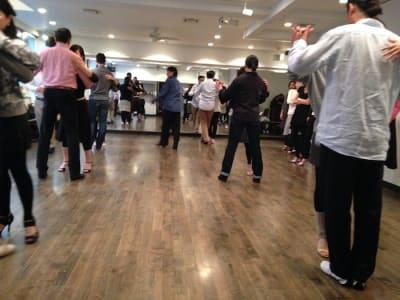 ラ・クンパルシータ ダンススタジオ・サロンスペースの室内の写真
