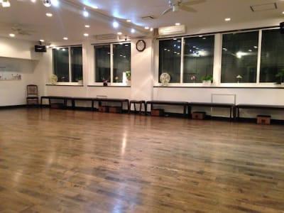 自然光が心地よく入る半地下です。 - ラ・クンパルシータ ダンススタジオ・サロンスペースの室内の写真