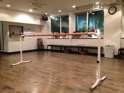 バレエのバー貸し出しもあります。 - ラ・クンパルシータ ダンススタジオ・サロンスペースの室内の写真