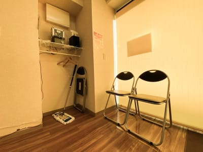 入口入って右においてあるパイプ椅子 - ODOLVA市川レンタルスタジオ ダンススタジオの室内の写真