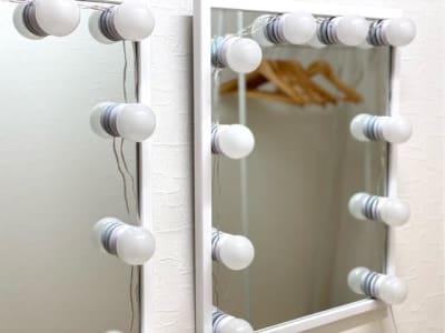 LEDライトでメイク直しできるスペースもあります。 - レンタルスタジオ キブラの室内の写真
