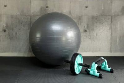 バランスボール、腹筋ローラー、プッシュアップバー - SKYレンタルフットネスジムの設備の写真